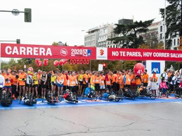 Una marea naranja de 20.000 corredores, por las víctimas de los accidentes de tráfico