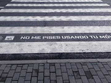 Mensaje en un paso de peatones para evitar atropellos