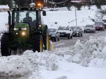 Carretera colapsada por la nieve