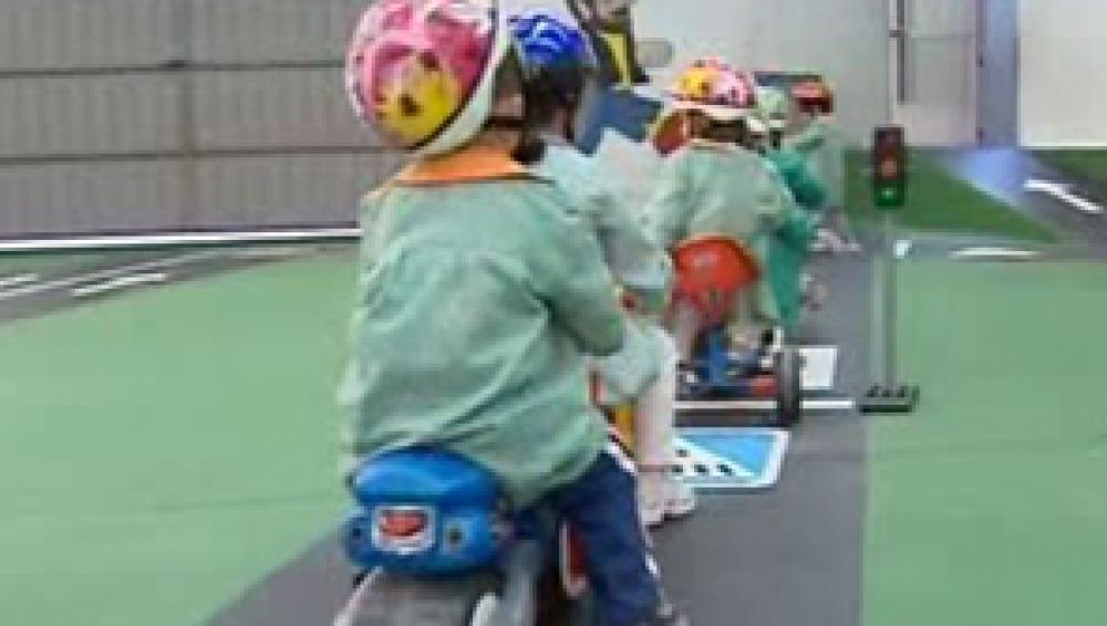 Los pasillos del colegio se convierten en circuitos de educación vial
