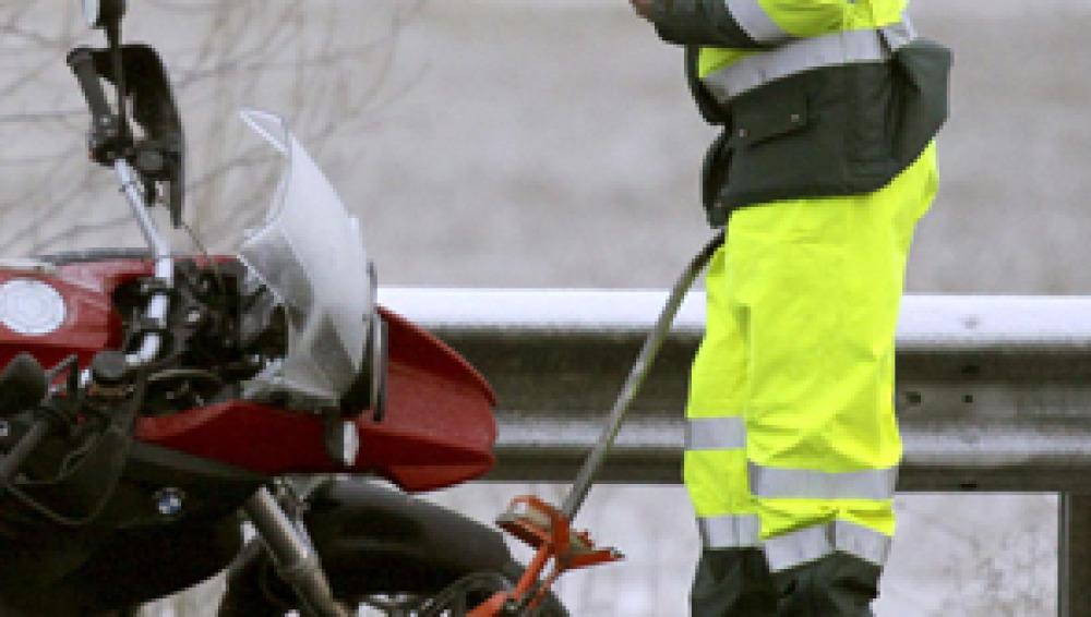Adelantamientos, ir sin casco y velocidad, principales infracciones en moto