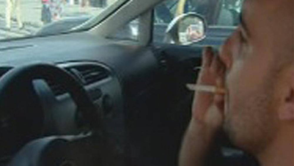 Casi el 80 % de los conductores vería bien prohibir el tabaco en el coche
