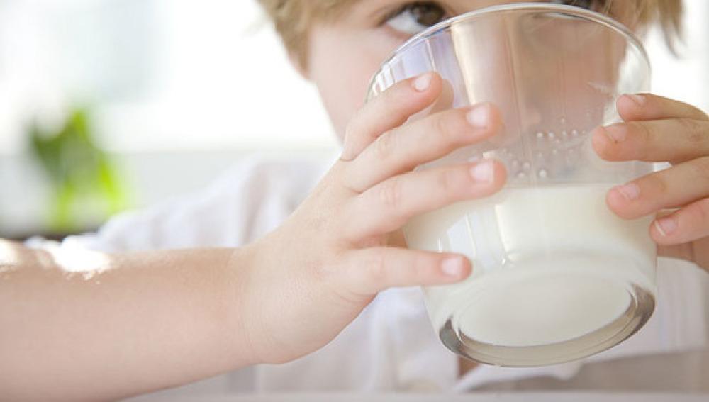 Niño bebiendo leche
