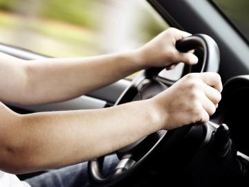 Conductor con las manos al volante