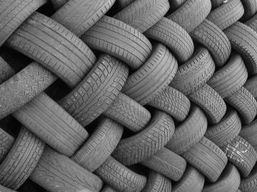 Neumáticos de caucho amontonados
