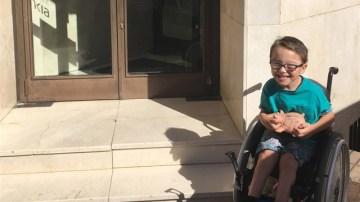 Un niño de cinco años, con parálisis, dona sus ahorros a otro que padece una enfermedad rara