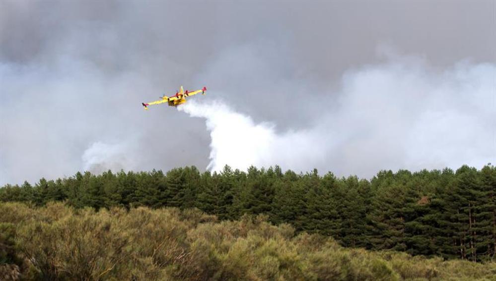 Trabajos de extinción del incendio en el municipio abulense de Navarredonda de Gredos