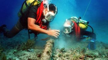 Más de 100 buceadores limpian el fondo marino de la Malvarrosa