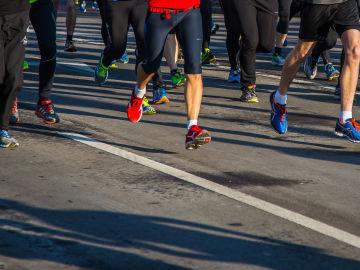 Atletas participan en una carrera