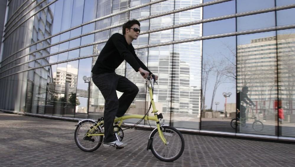 Hombre con bici