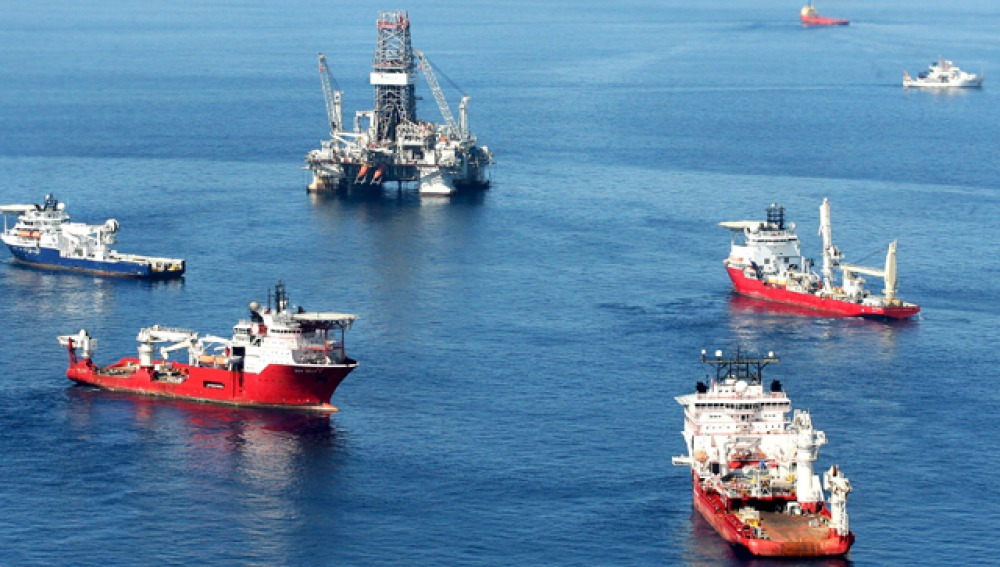 Varios navíos tratando de tapar la salida del fuel