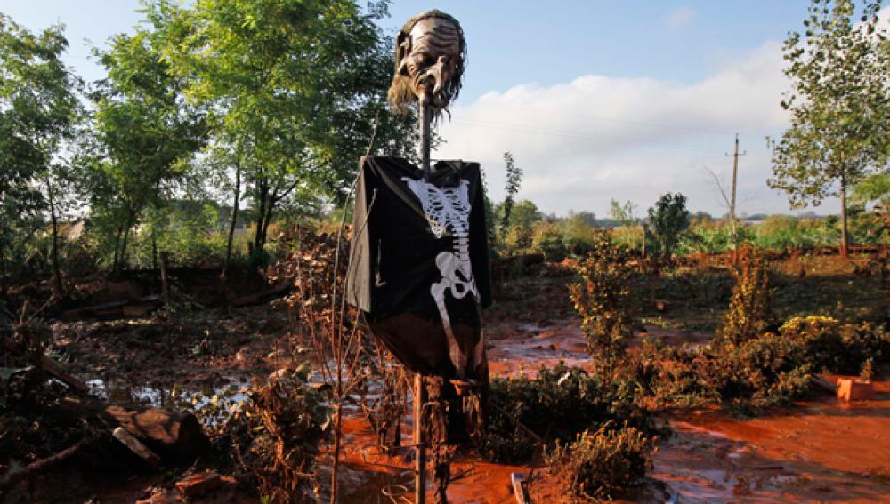 Símbolo de la muerte en medio del barro tóxico