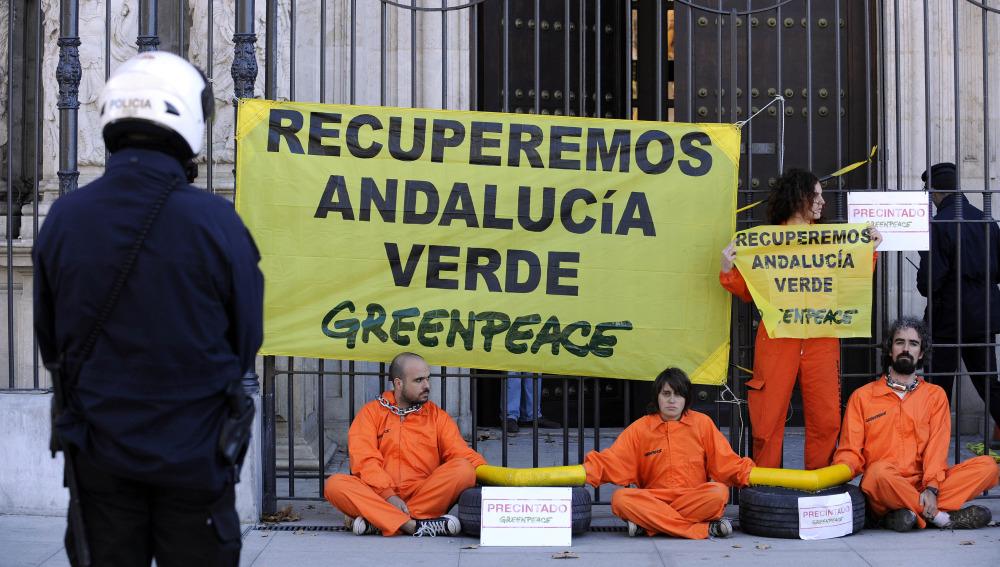 Los activistas vigilados en la sede de la Junta de Andalucía
