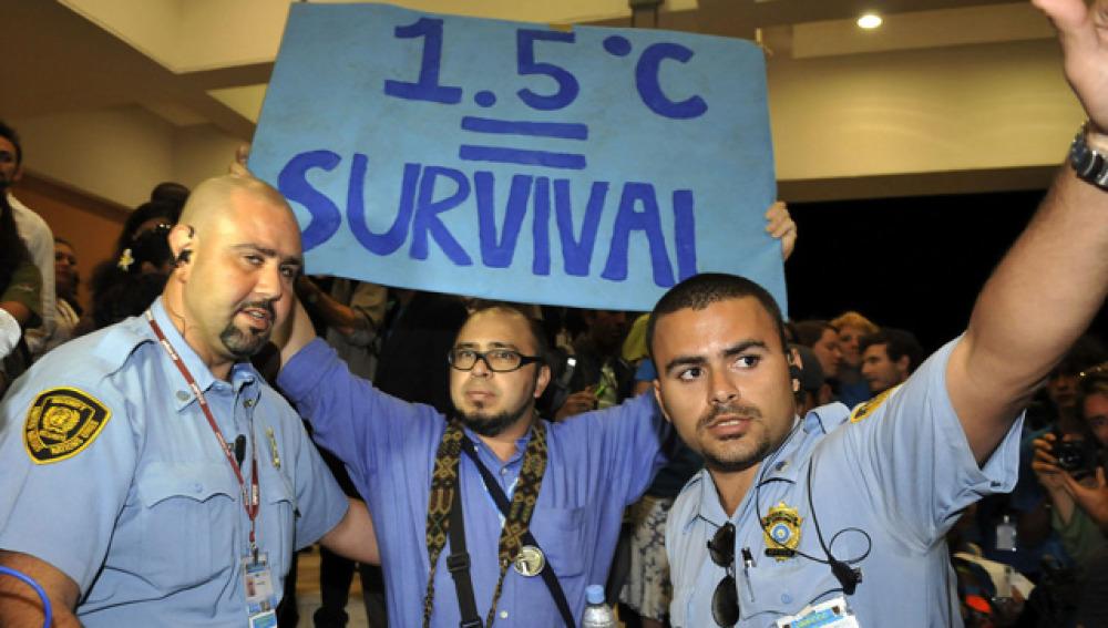 Un activista protesta durante la Cumbre de Cancún