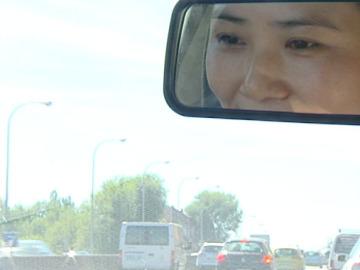 Una inmigrante china al volante de un coche