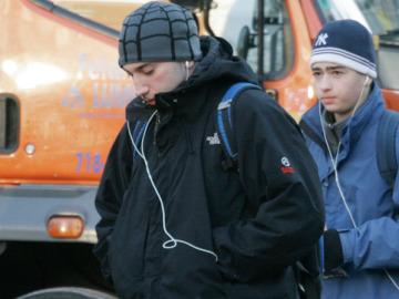 Adolescentes con auriculares