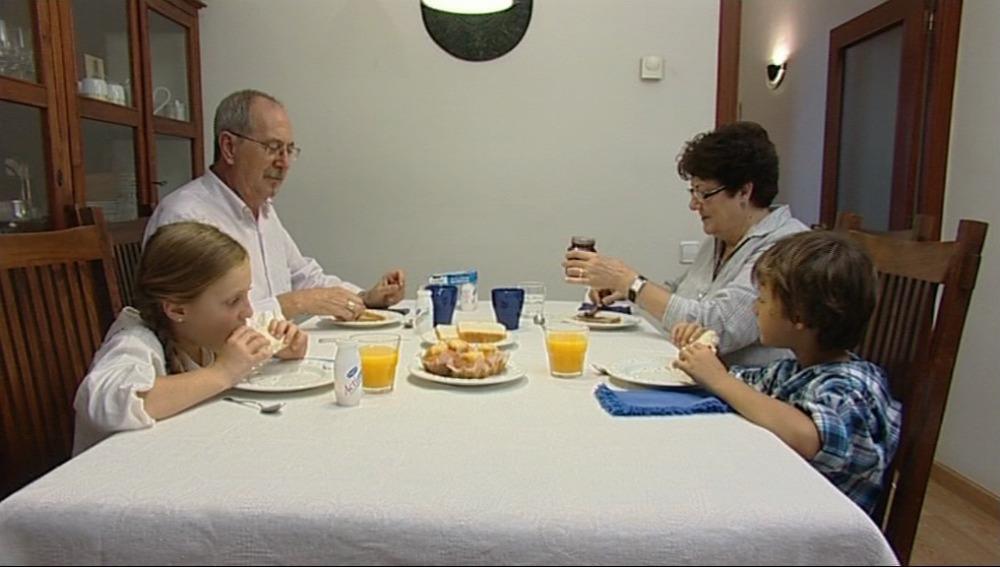 Abuelos comiendo con sus nietos