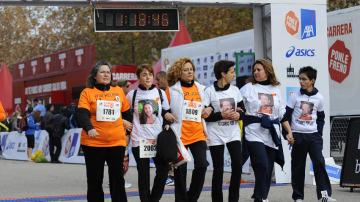Emotivo momento de las madres de las asociaciones de víctimas llegando a la meta