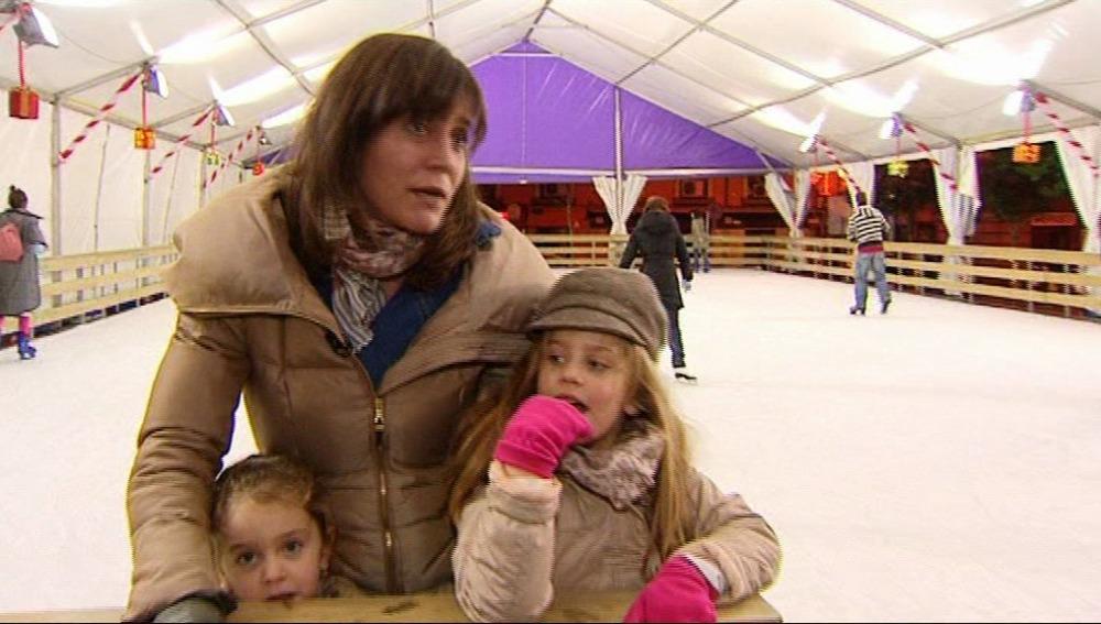 Paula y Carmen patinan sobre hielo