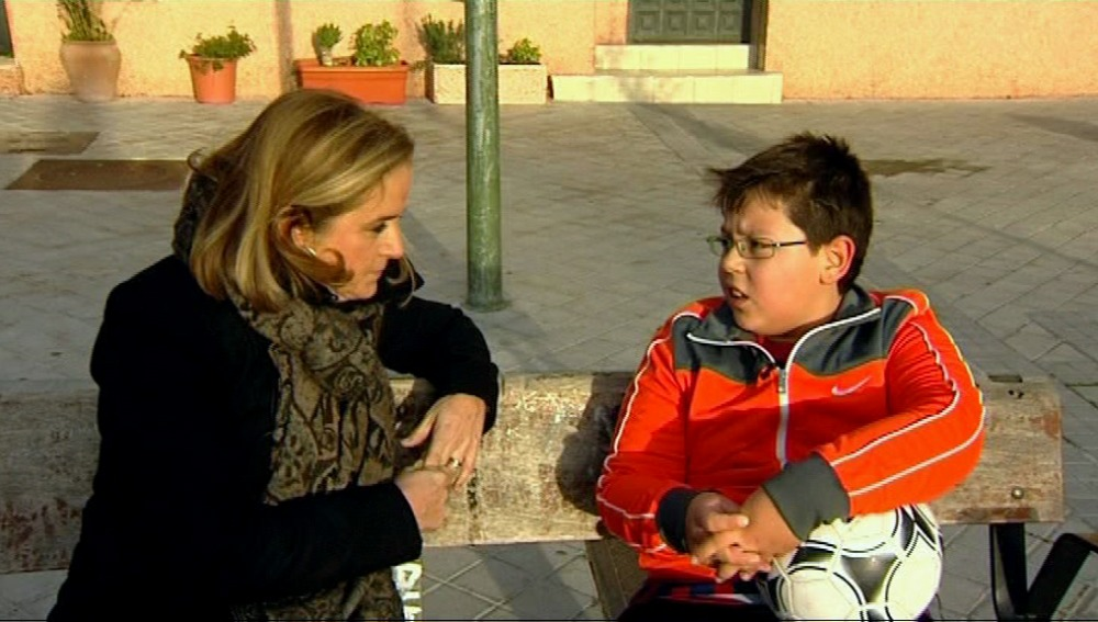 María Luisa, la psicóloga, habla con Níkolas para concienciarlo de que coma menos