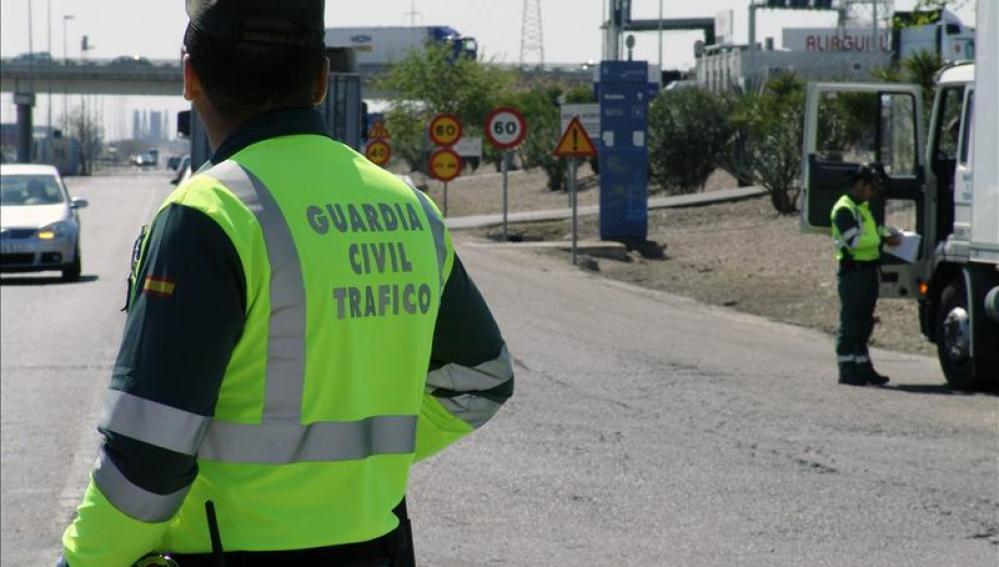 Dos agentes de la Guardia Civil en un control.