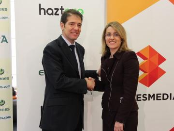 Óscar Martín Riva y Patricia Pérez se estrechan la mano, tras el acuerdo.