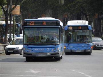 Dos autobuses de la EMT circulan por el madrileño Paseo de la Castellana