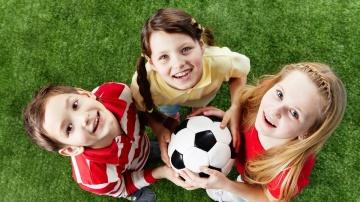 Los expertos recomiendan que los niños practiquen distintos deportes