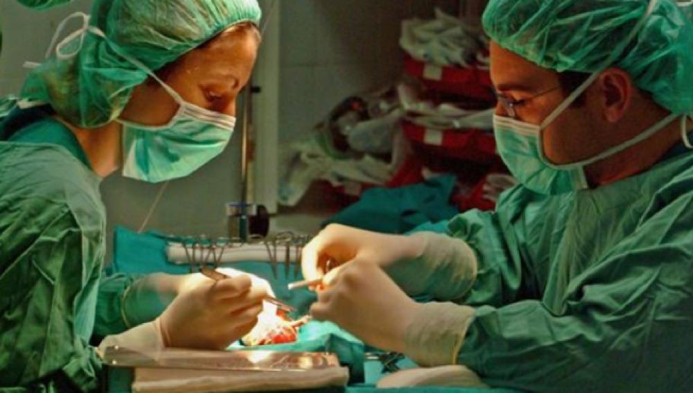 Imagen de un quirófano donde se está realizando un trasplante de órganos