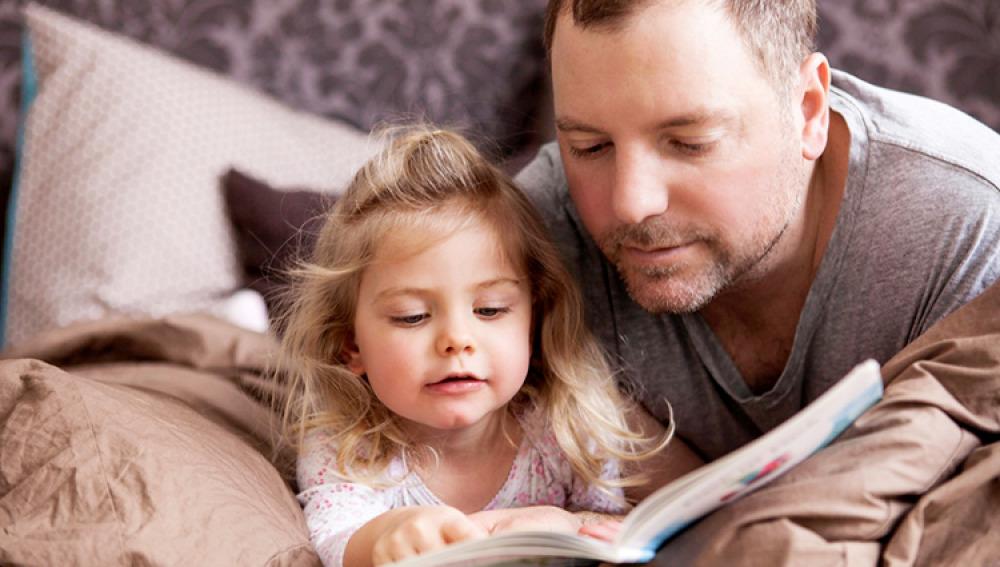 Objetivo bienestar junior los beneficios de leer libros - Leer la mano hijos ...