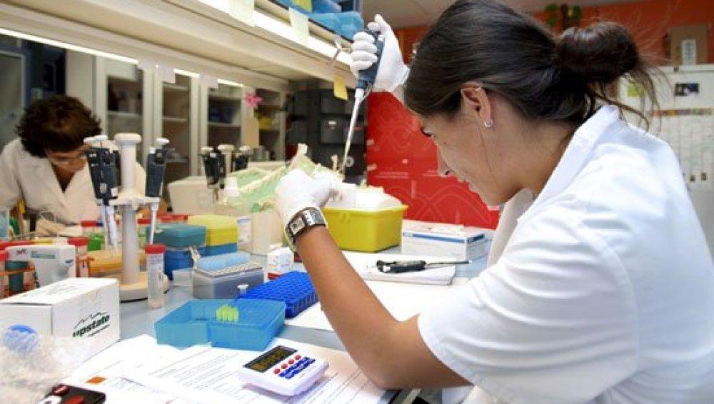 Una científica realiza pruebas en un laboratorio en una imagen de archivo