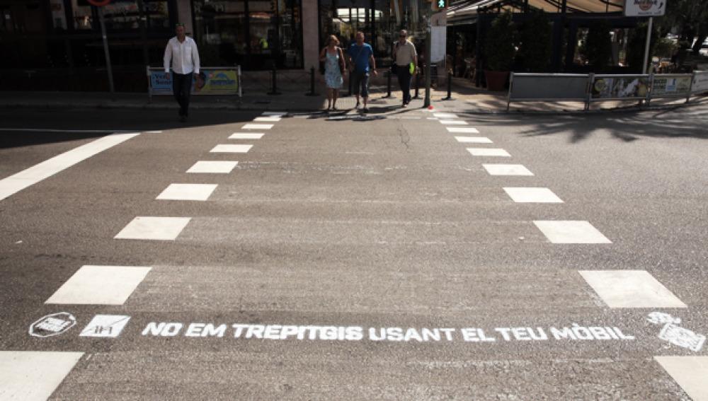 Los pasos de peatones de Palma se pintan de consejos para reducir los atropellos a peatones