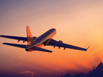 Avión en pleno vuelo al atardecer