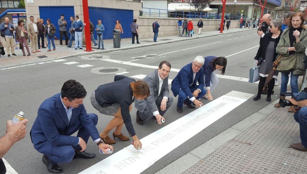 Los pasos de peatones de Vigo se pintan de consejos para reducir los atropellos a peatones
