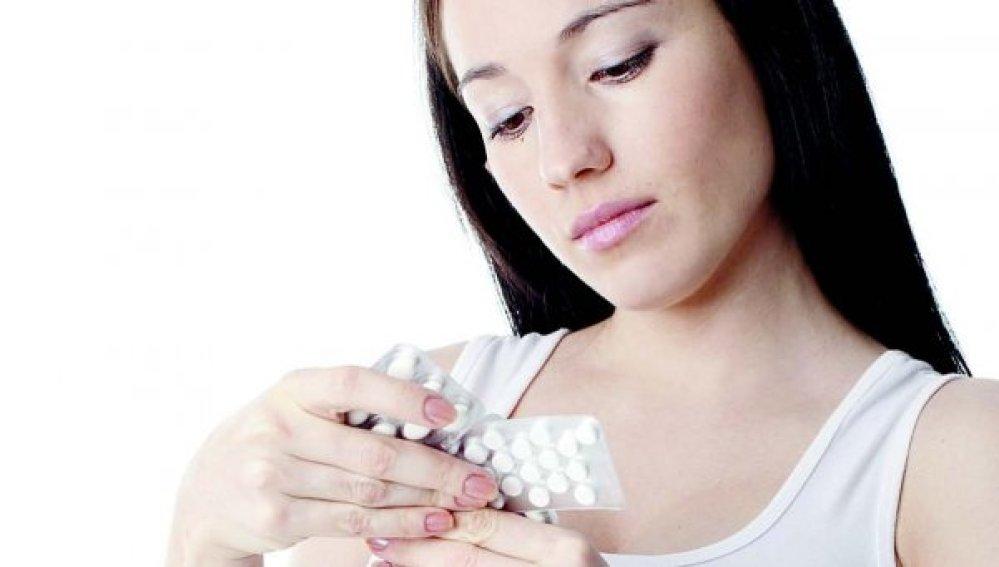 Chica mirando medicamentos