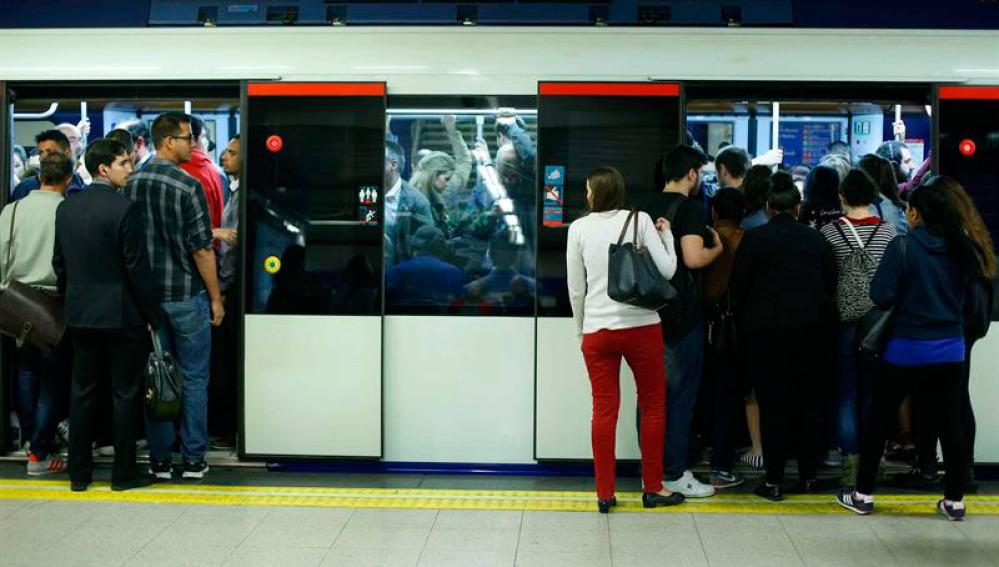 Un gran número de viajeros en un vagón de metro de Madrid