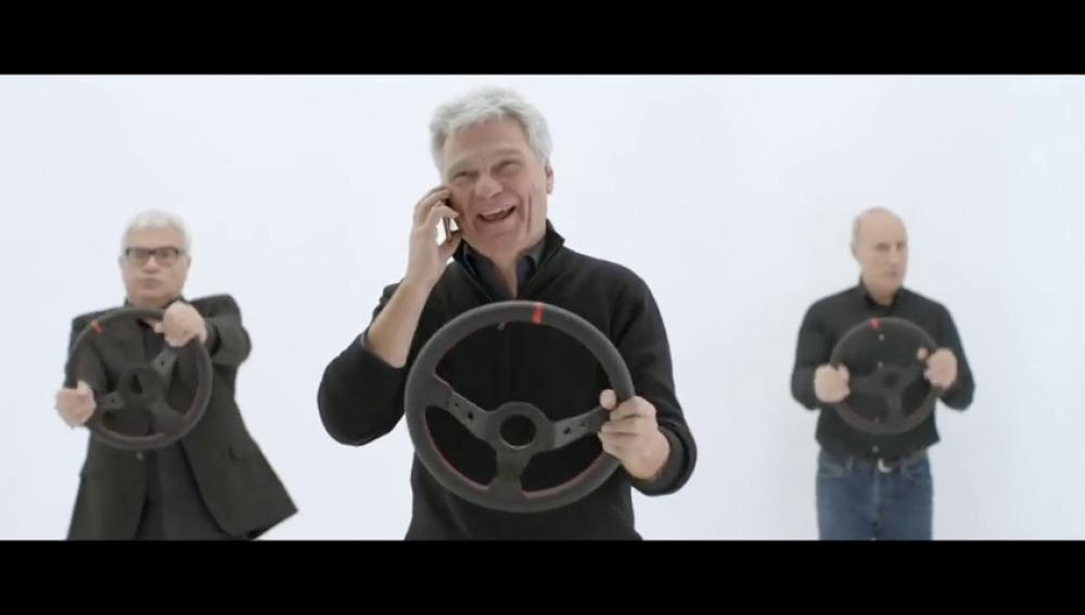 """Frame 7.826162 de: """"Al volante, no uses el móvil"""", la nueva campaña de la DGT con Tricicle"""