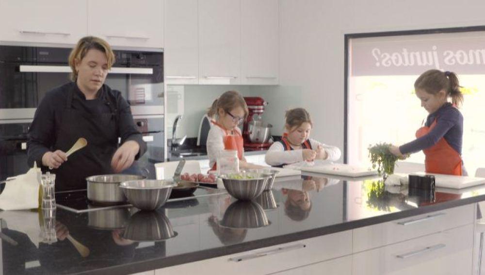 Aprendemos a preparar un saludable plato de espaguetis de calabacín