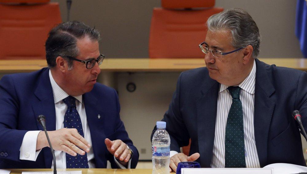 El ministro del Interior, Juan Ignacio Zoido, con el director de la Dirección General de Tráfico, Gregorio Serrano, durante la reunión del Comité de Seguridad Vial