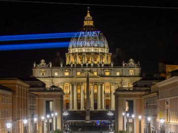 Greenpeace proyecta en la Basílica de San Pedro un mensaje para Trump: 'La Tierra Primero'