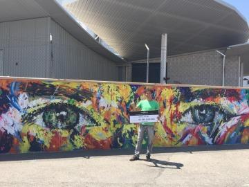El ganador del concurso 'Está en tu mano' recibe su premio pinta el mural exterior de Atresmedia