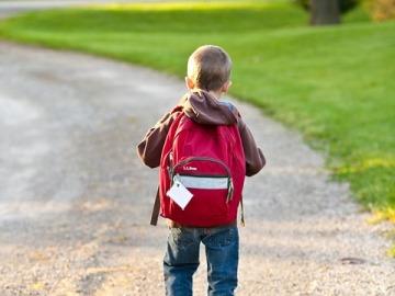 Un niño asistiendo a clase