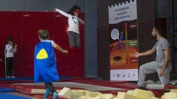 Niños con diabetes participan en un taller de circo para normalizar su enfermedad