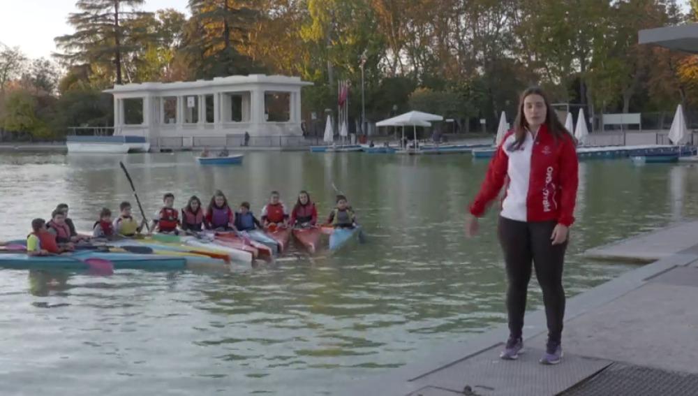 Asistimos a una clase de piragüismo en el Parque del Retiro de Madrid