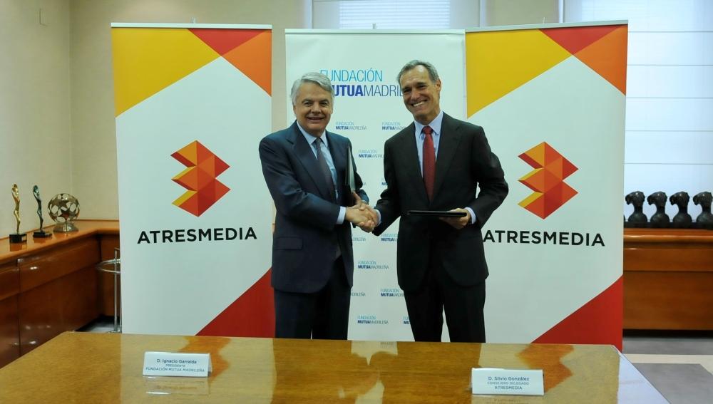 Ignacio Garralda, presidente de la Fundación Mutua Madrileña y Silvio González, consejero delegado de Atresmedia firman la renovación del compromiso