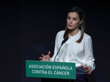 La reina Letizia llama a tomar conciencia sobre el impacto personal, laboral y familiar del cáncer