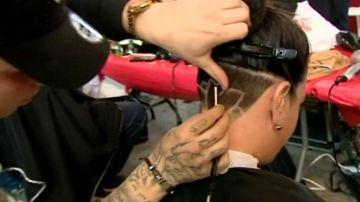 Peluqueros de Granada cortan el pelo a cambio de donativos para conseguir una prótesis para 'Paquillo', un niño con cáncer