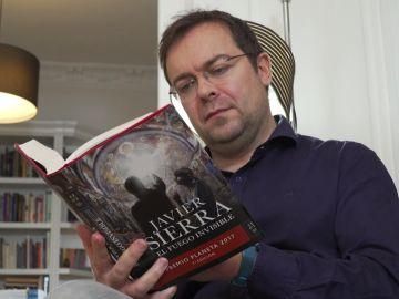 Javier Sierra lee su última novela, 'El fuego invisible'