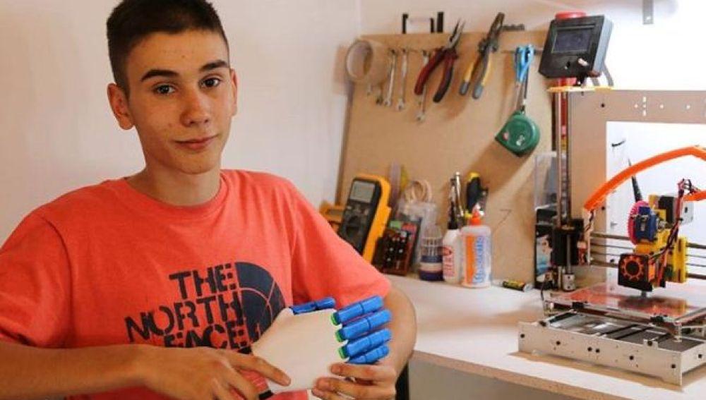 Un estudiante fabrica prótesis con su impresora 3D para donarlas a quienes las necesiten